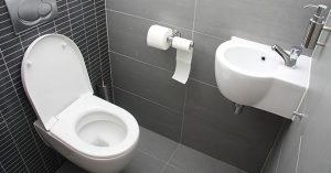 Πώς να ξεβουλώσετε μια τουαλέτα χρησιμοποιώντας ένα έμβολο